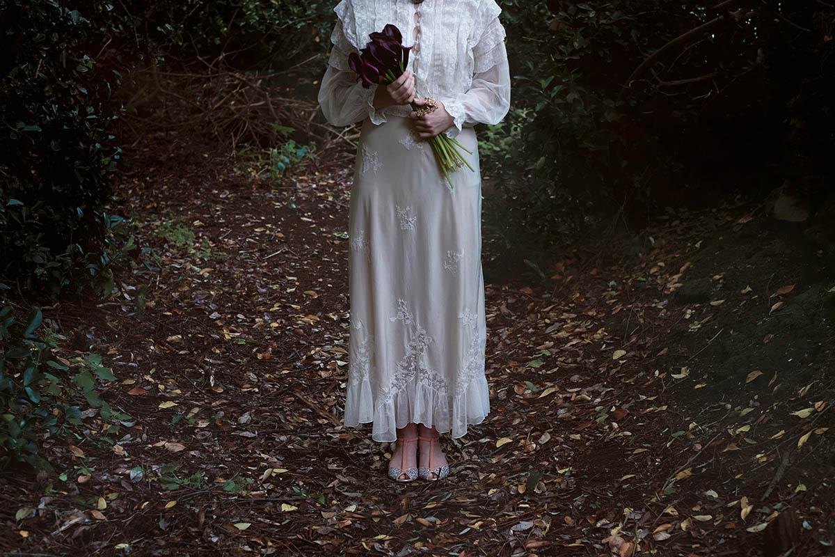 abito da sposa vintage e bouquet di calle