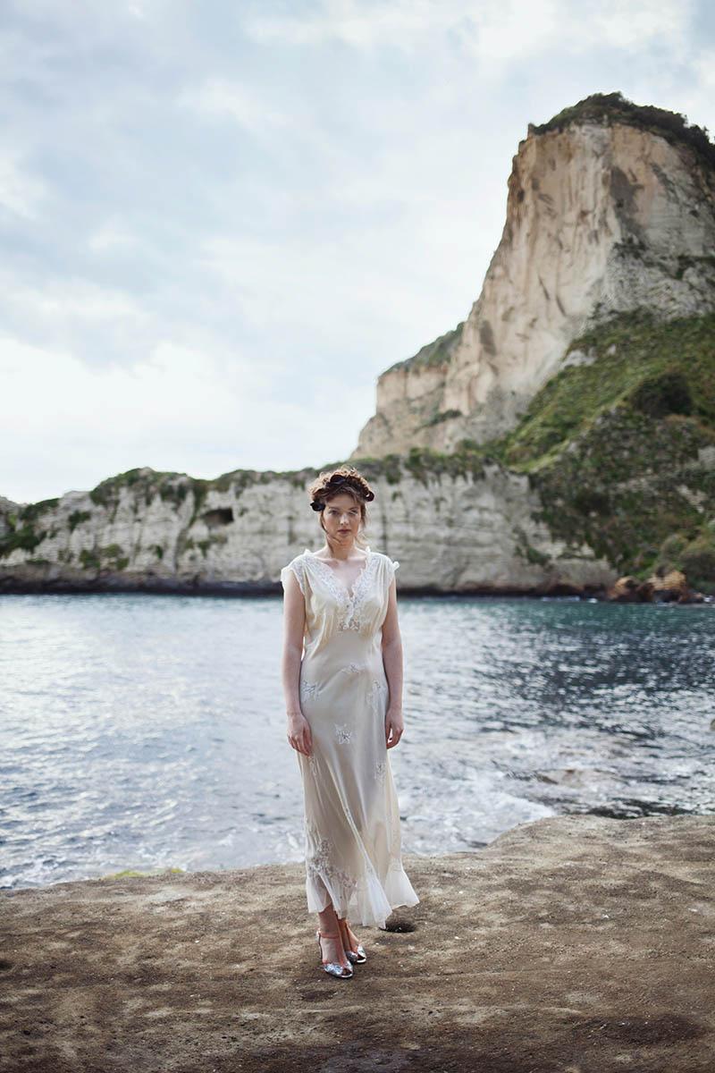 sposa con abito vintage e scarpe argento