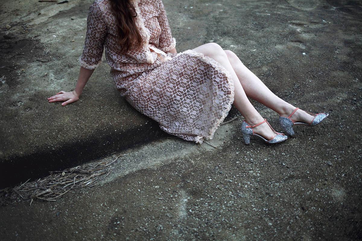 abito rosa e scarpe argentate