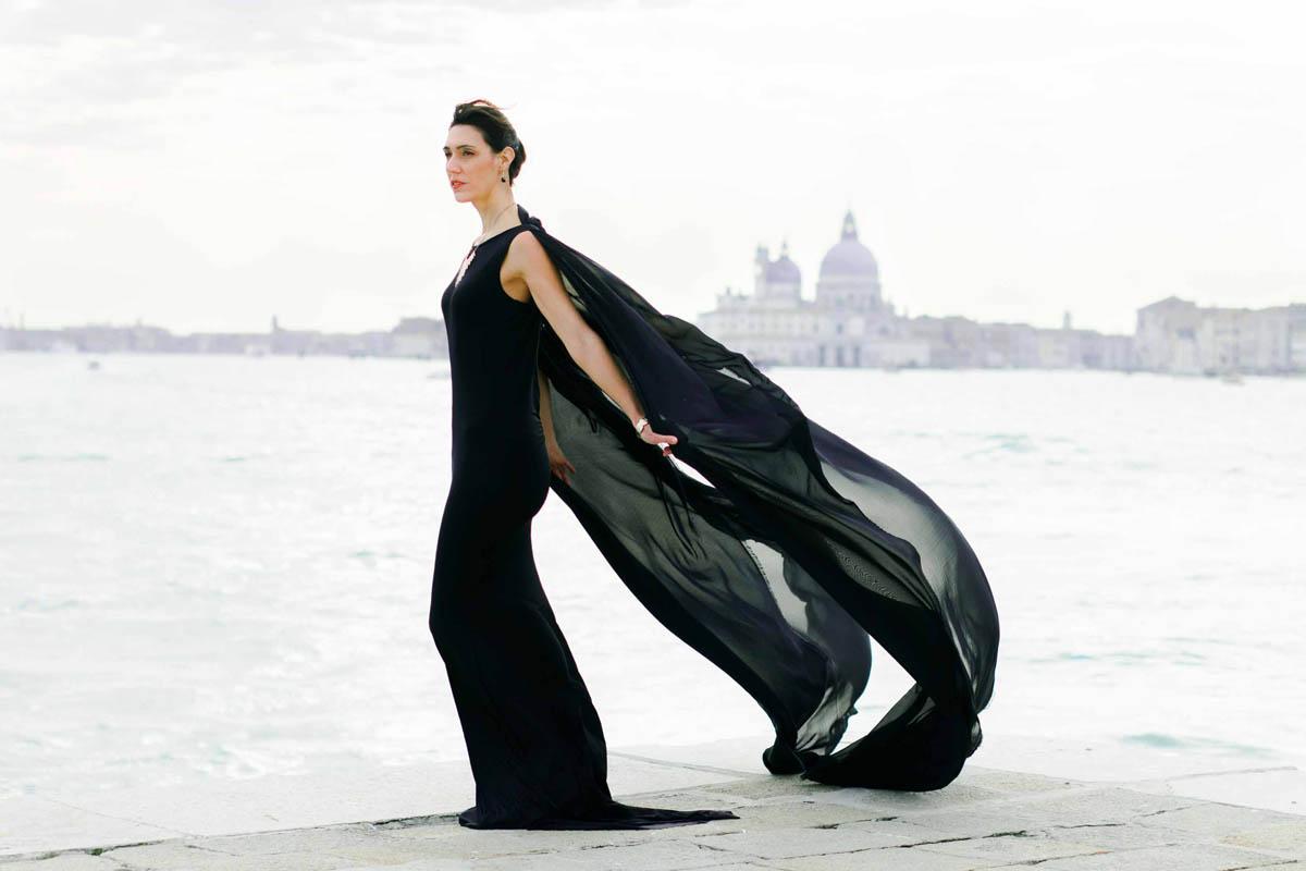 abito lungo nero con mantella