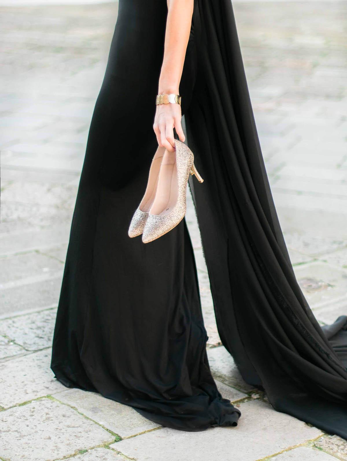 abito nero e scarpe oro