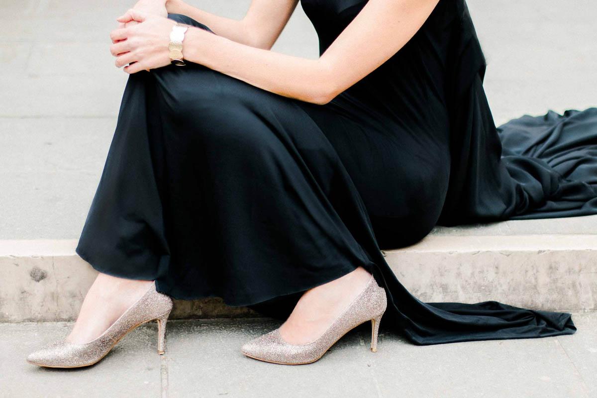 abito nero e scarpe glitter