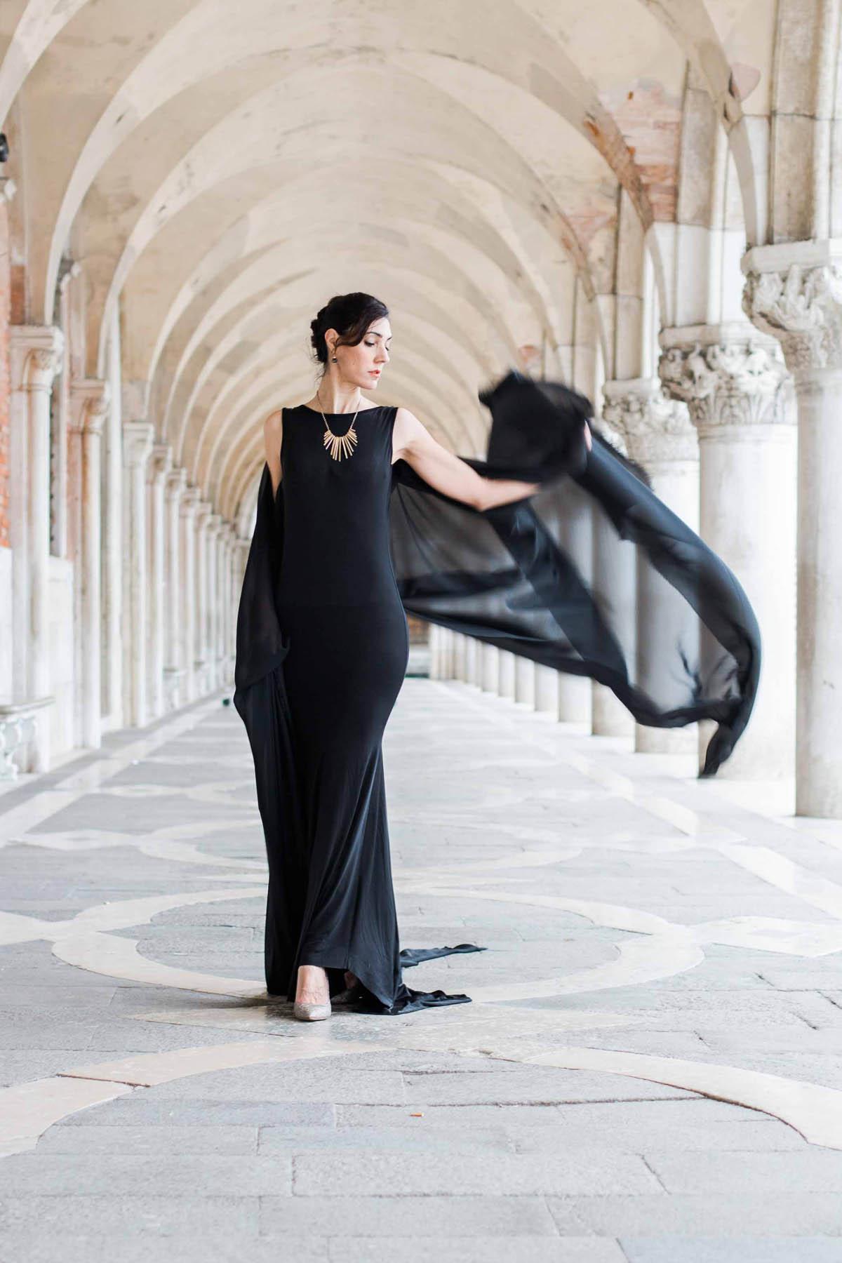 abito nero lungo con mantella