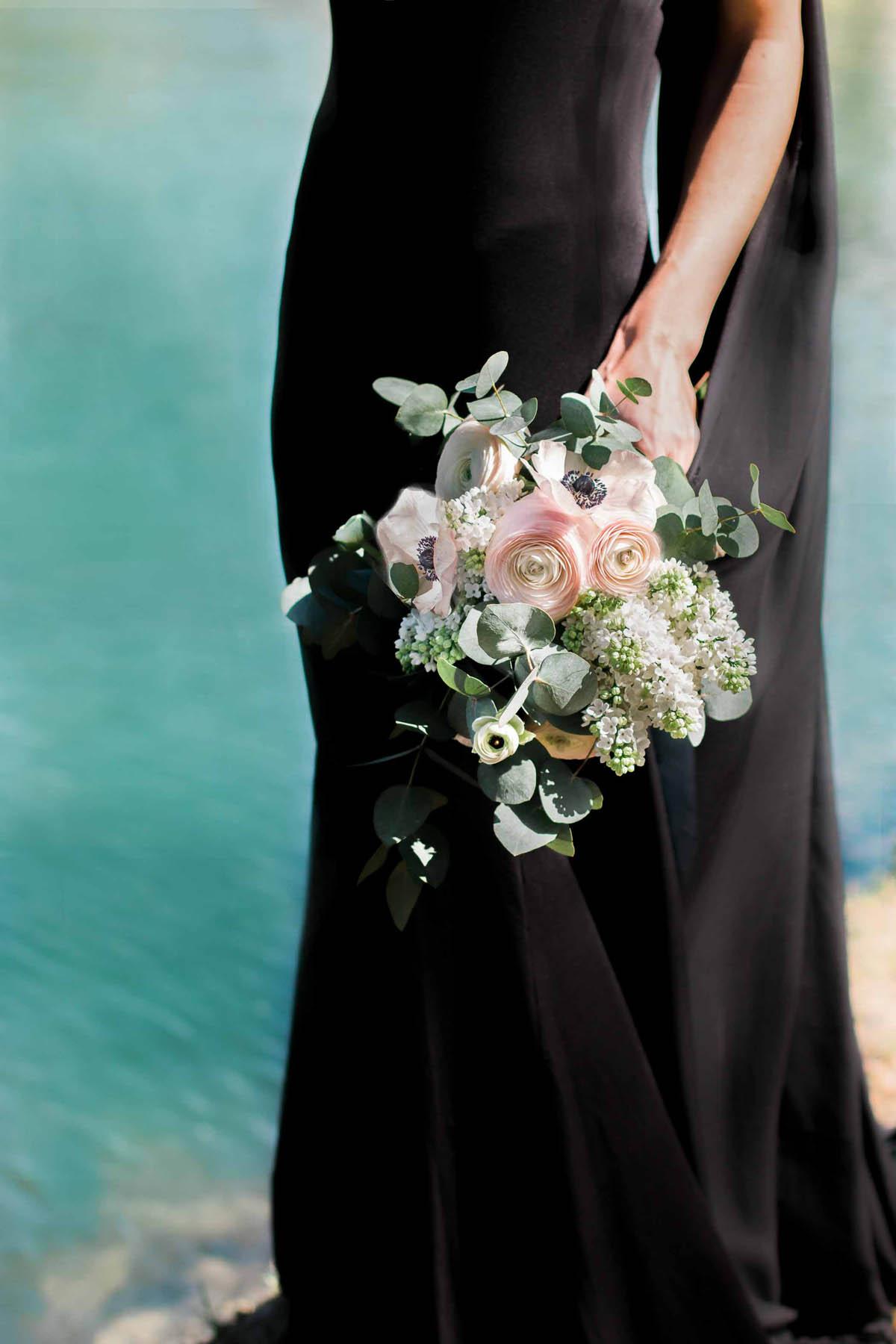 bouquet con anemoni, eucalipto e ranuncoli rosa