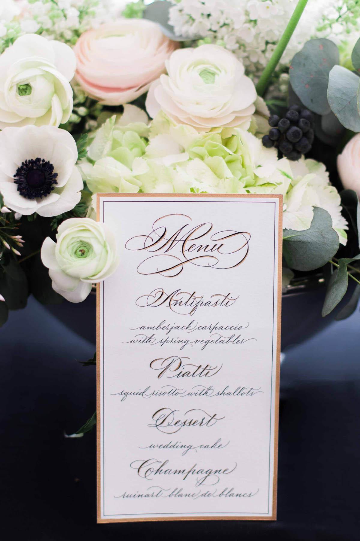 menu con calligrafia e dettagli oro