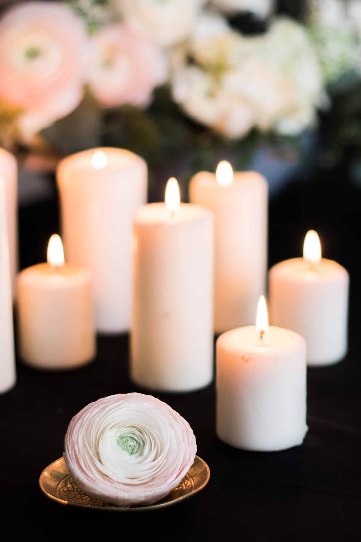 allestimento con candele e ranuncoli