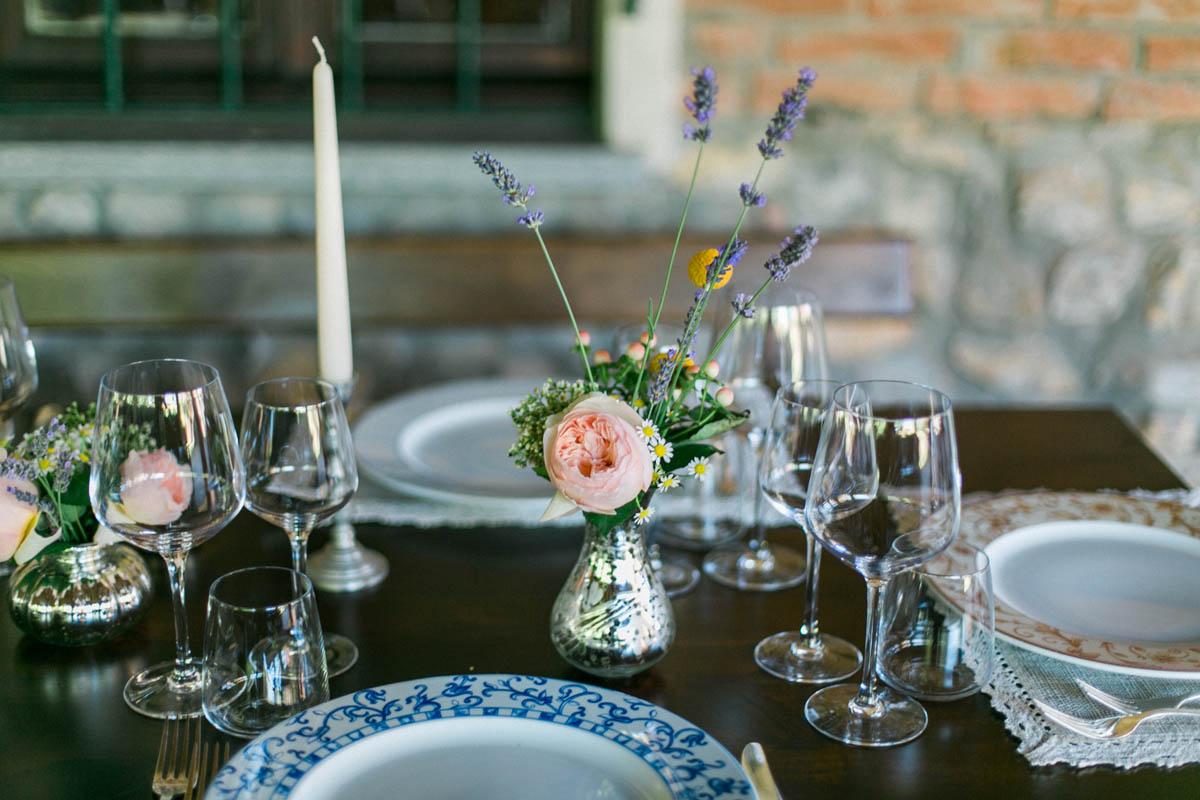 centrotavola con rose da giardino, lavanda e camomilla