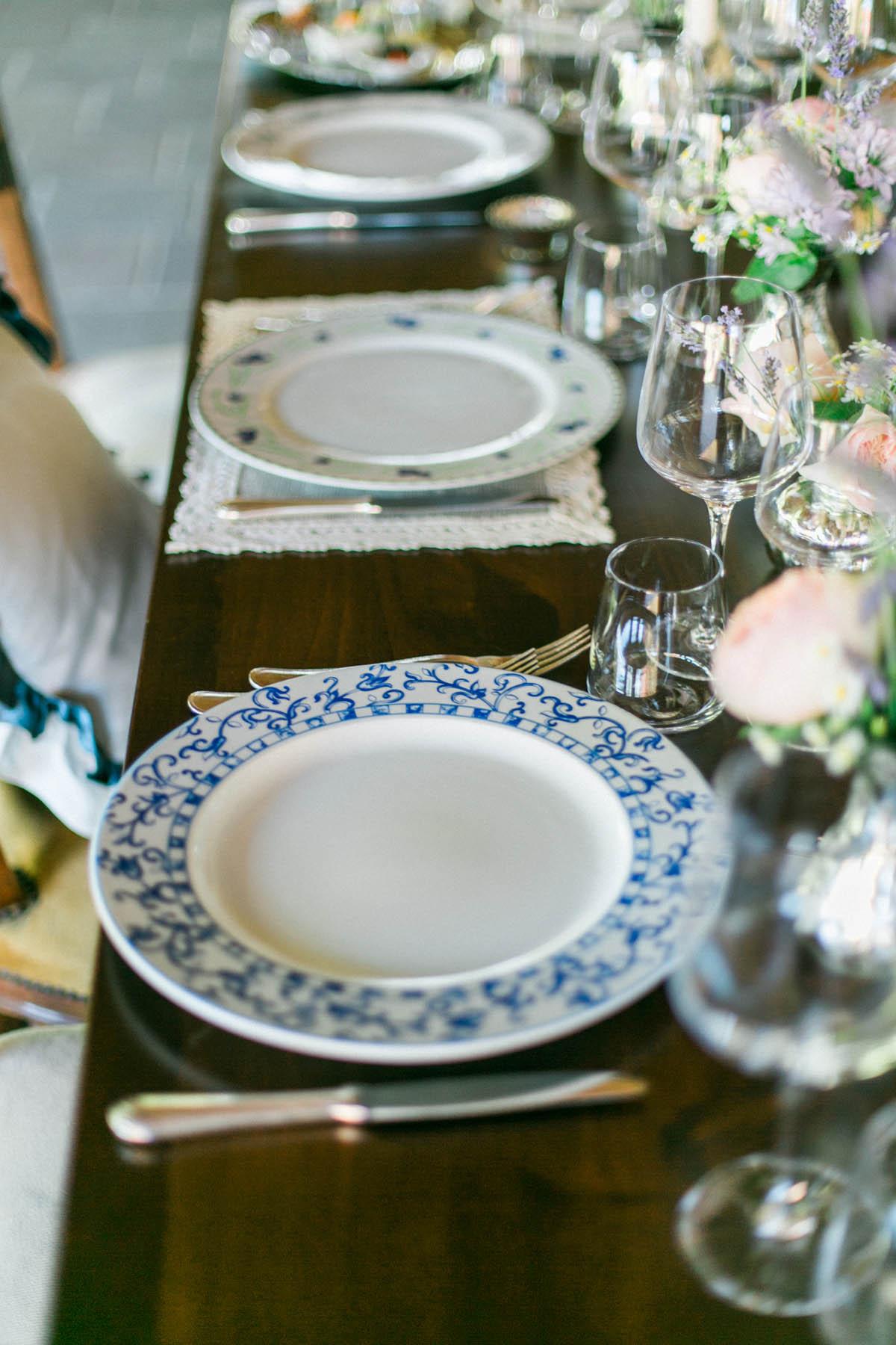 tavola matrimonio con piatti vintage