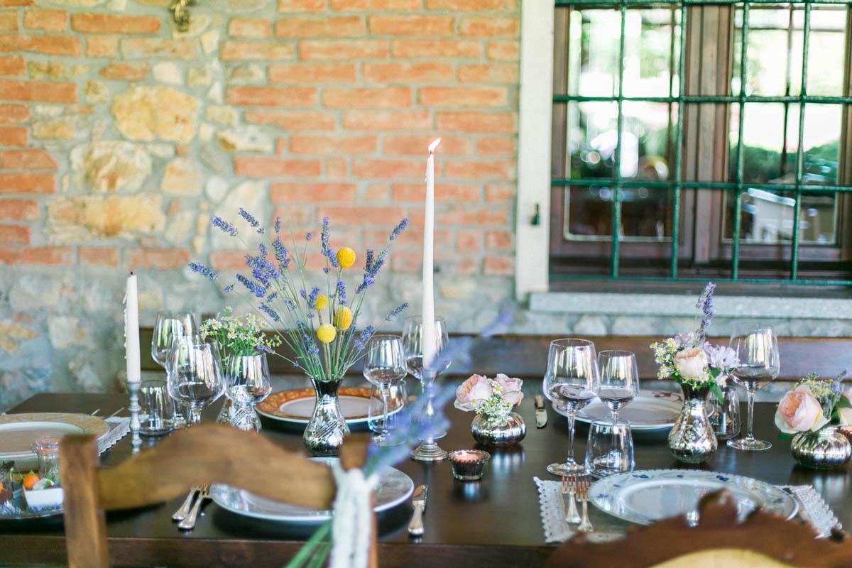 centrotavola con lavanda, bacche e rose da giardino