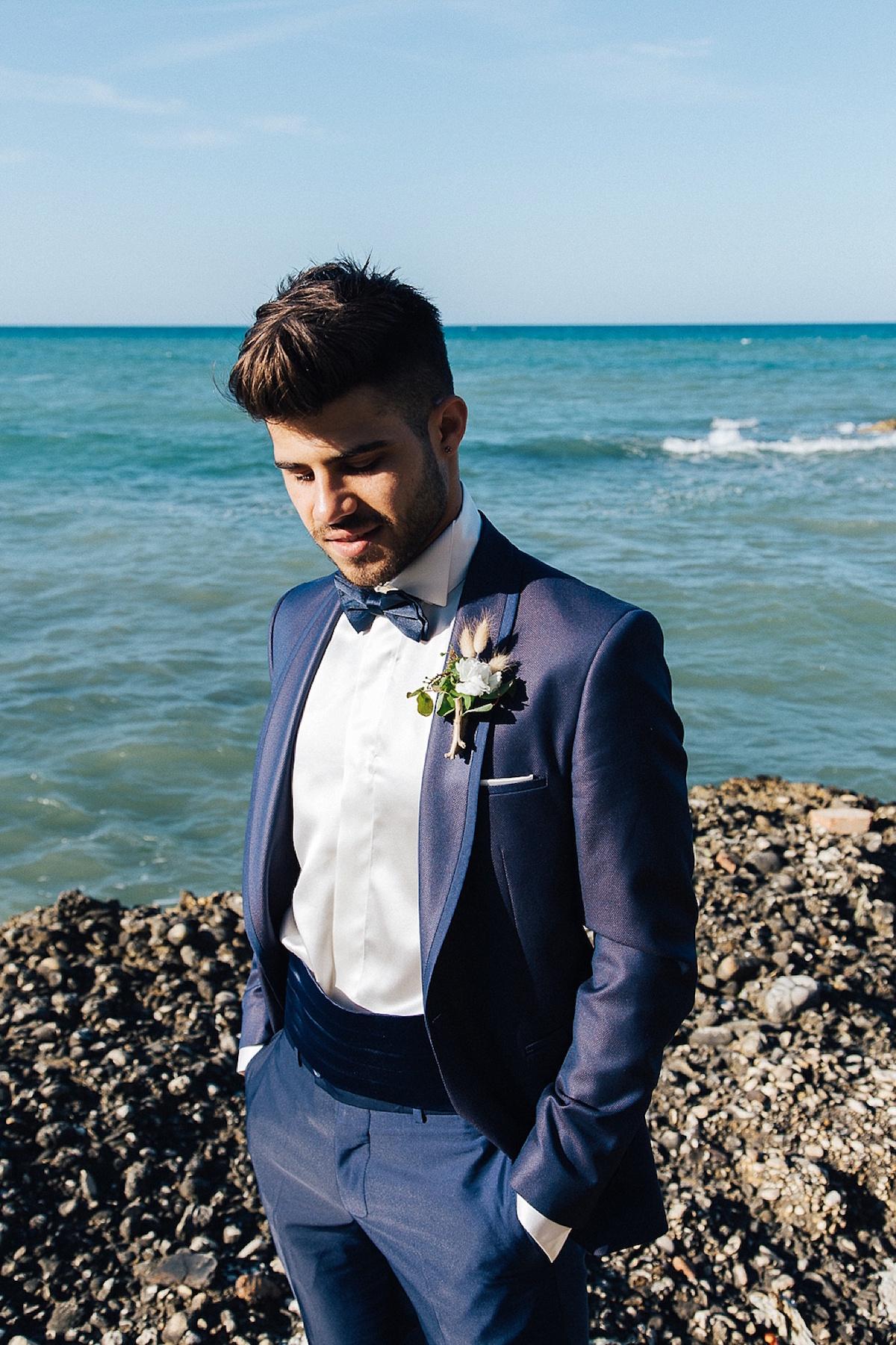 sposo in blu e bottoniera rustica
