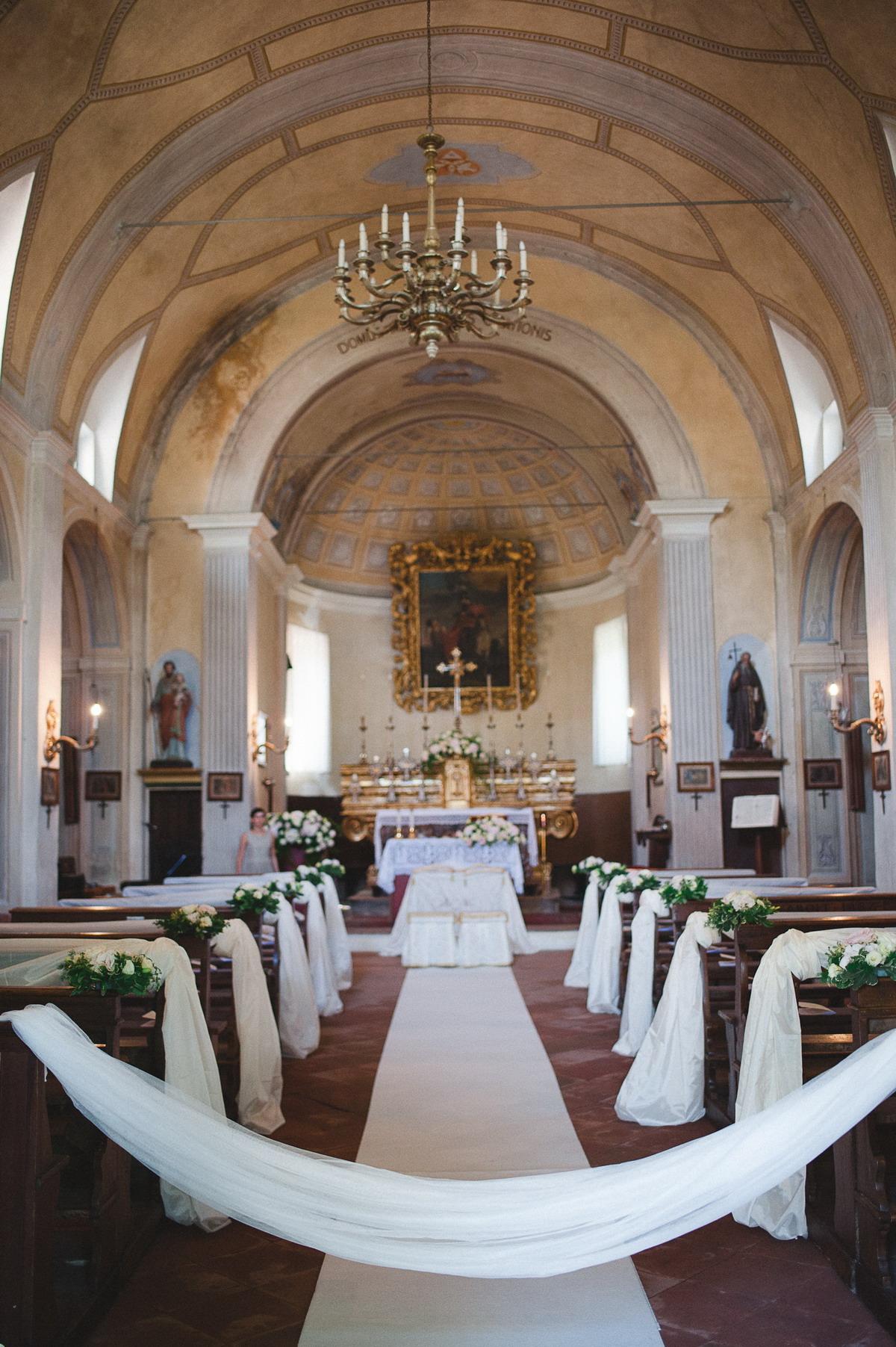 allestimento romantico cerimonia in chiesa