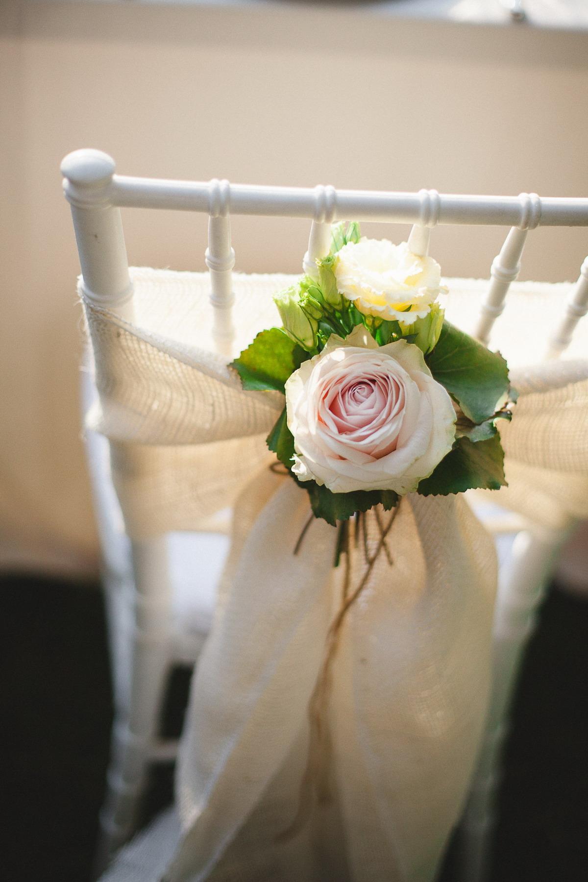decorazione sedia con iuta e fiori