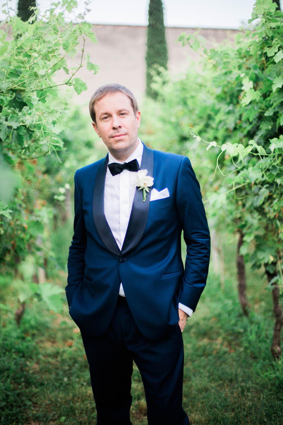 sposo con abito blu e papillon