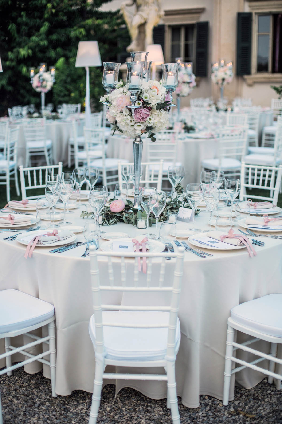 centrotavola argent con fiori rosa e foliage
