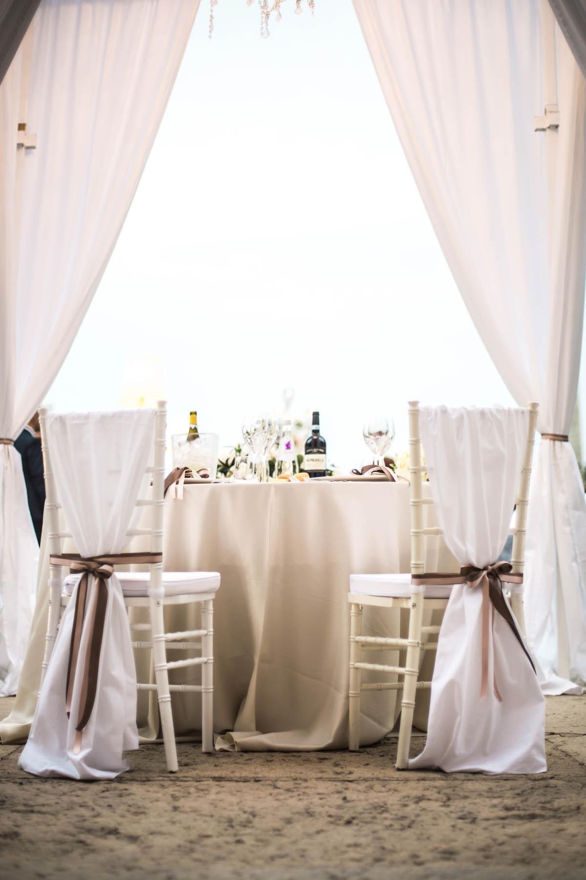 sedie decorate con nastri rosa cipria e tortora