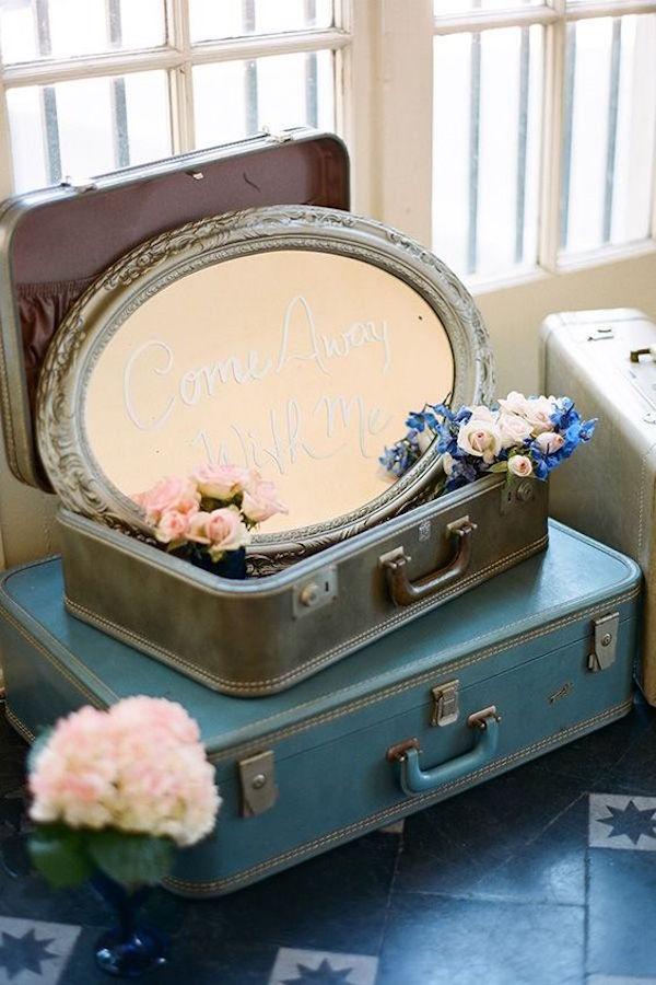 allestimento matrimonio vintage con valigie e specchio