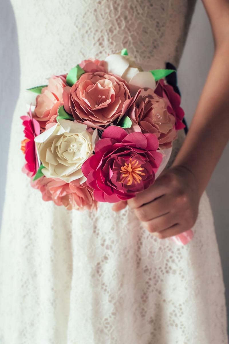 Bouquet sposa di carta, stoffa, plastica, creati a mano. Un oggetto unico per il tuo matrimonio.