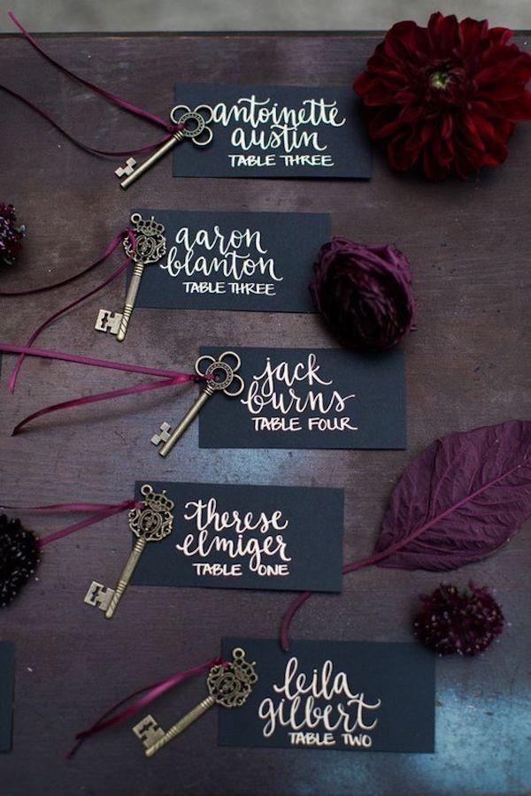 escort card con chiavi vintage e calligrafia
