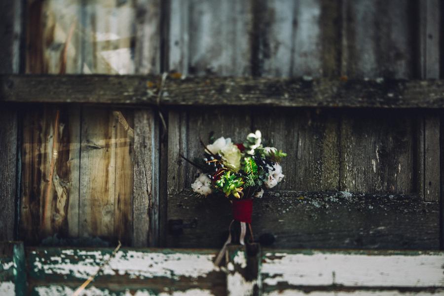 bouquet invernale rosso con cotone e foliage