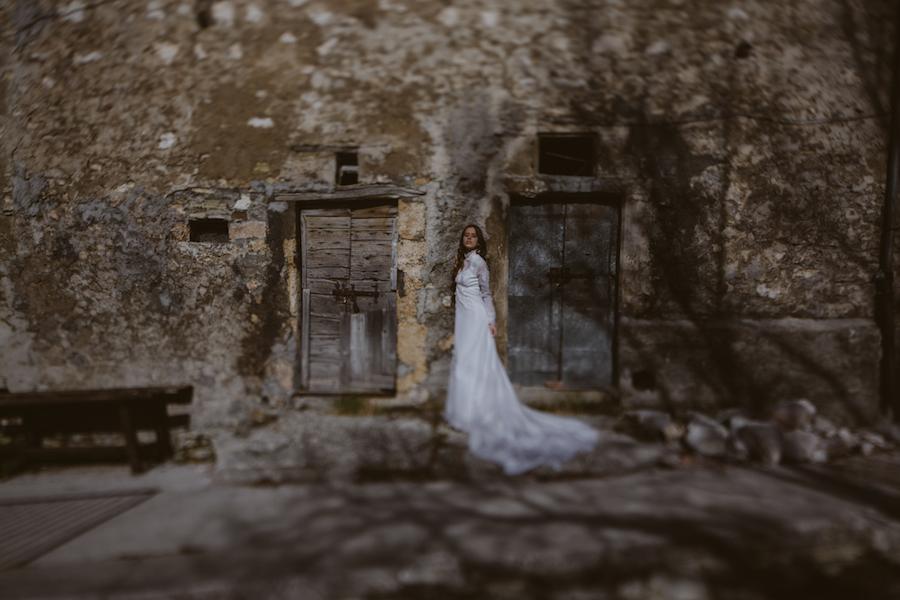 sposa d'inverno con abito a maniche lunghe
