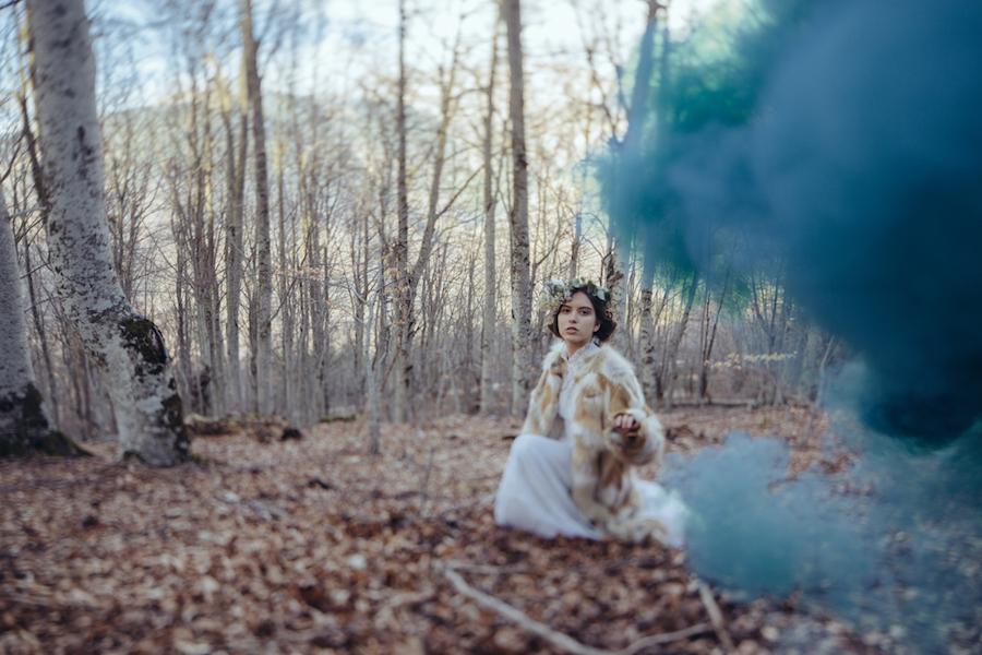 sposa invernale e fumogeni colorati