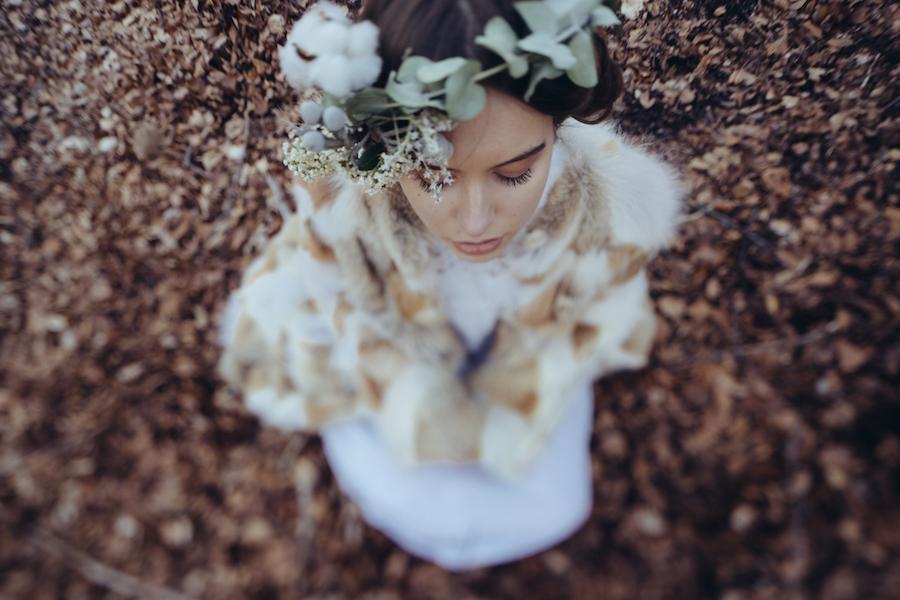 sposa con corona di fiori invernali