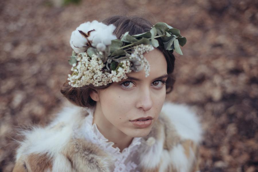 corona floreale invernale con cotone ed eucalipto