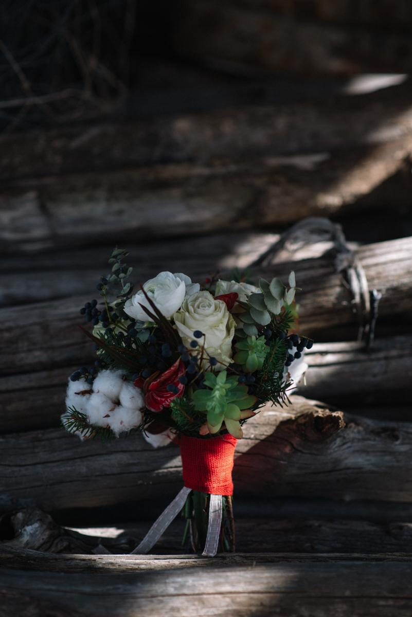 bouquet invernale con cotone, piante succulente e rami di abete