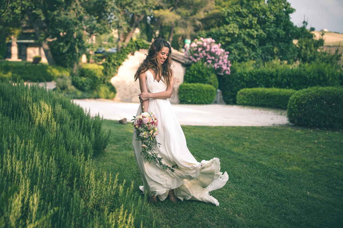 abito da sposa jenny packham e bouquet organico