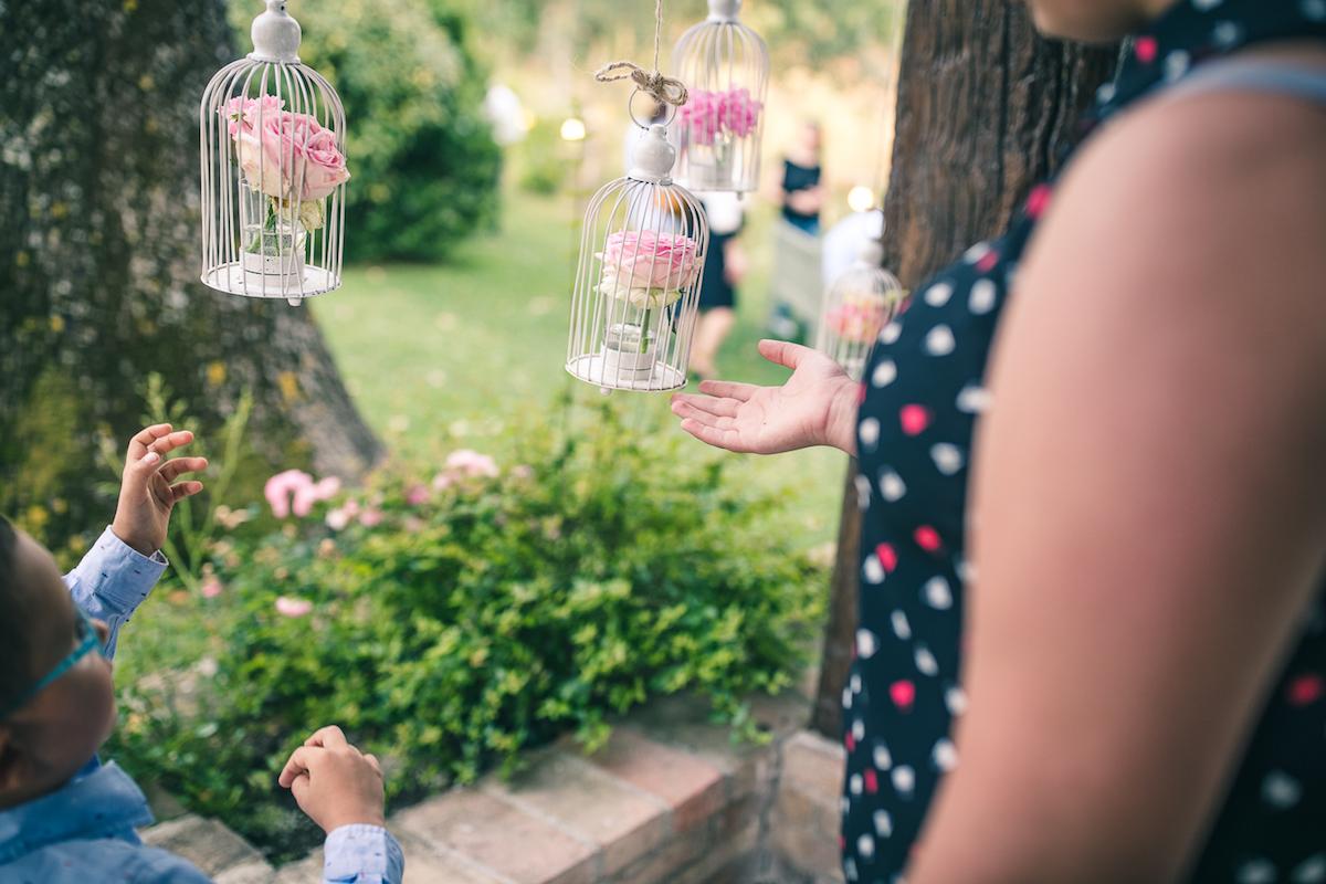 allestimento matrimonio con gabbiette e rose