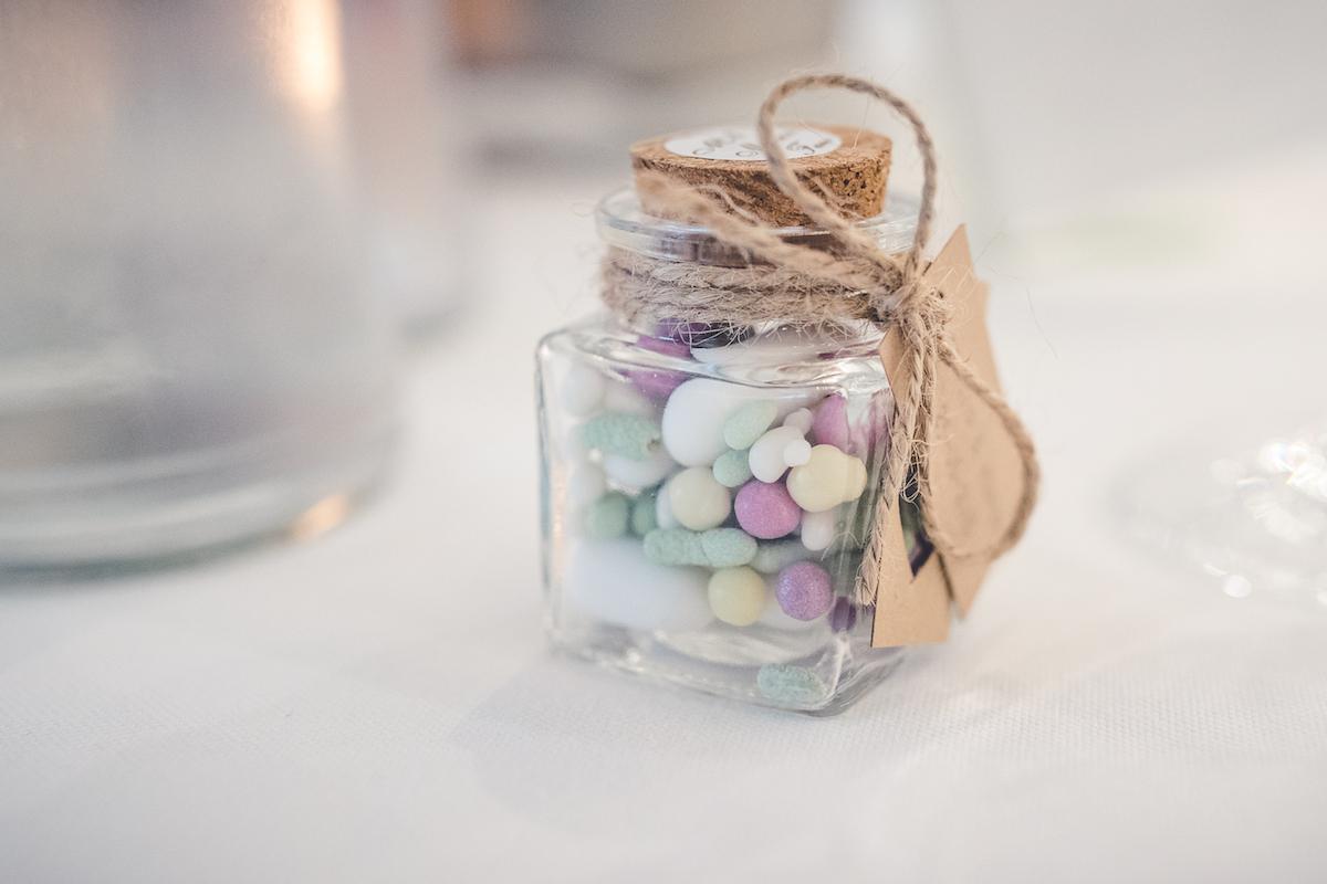 bomboniera con caramelle in vasetto di vetro