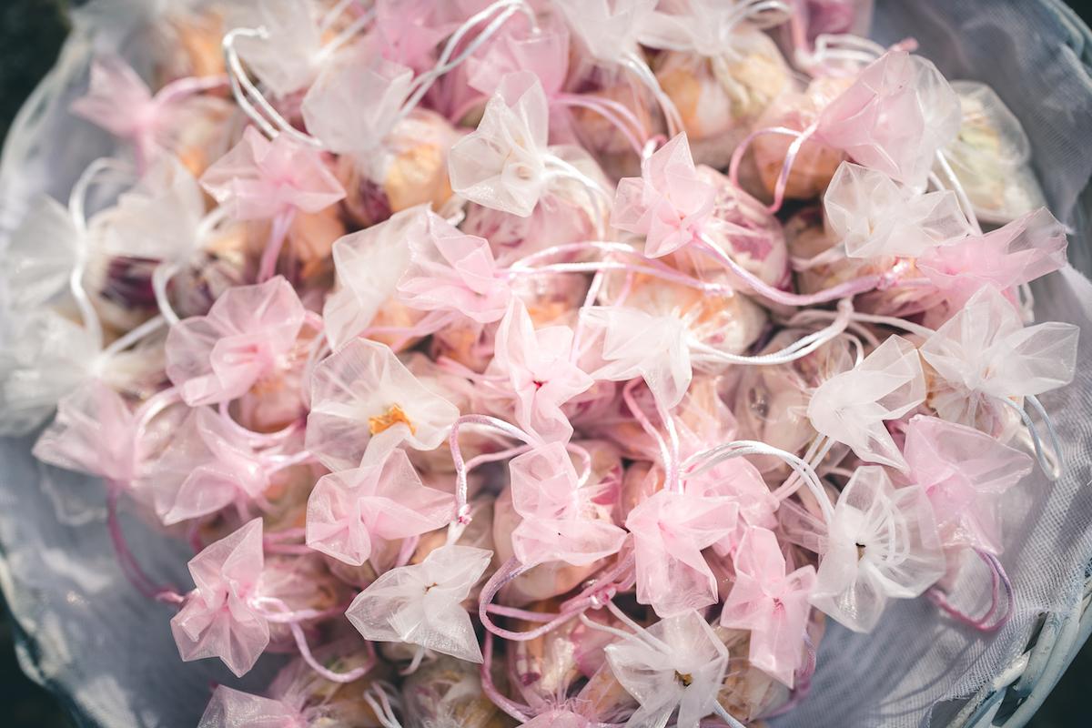 sacchetti di organza con riso e petali