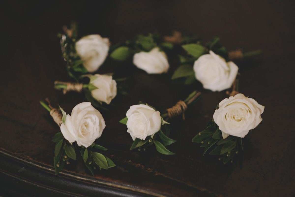 bottoniere con rose bianche