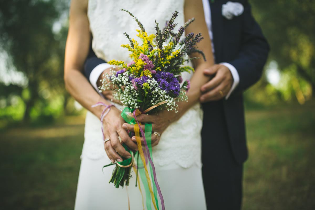 bouquet country con fiori di campo e nastri colorati