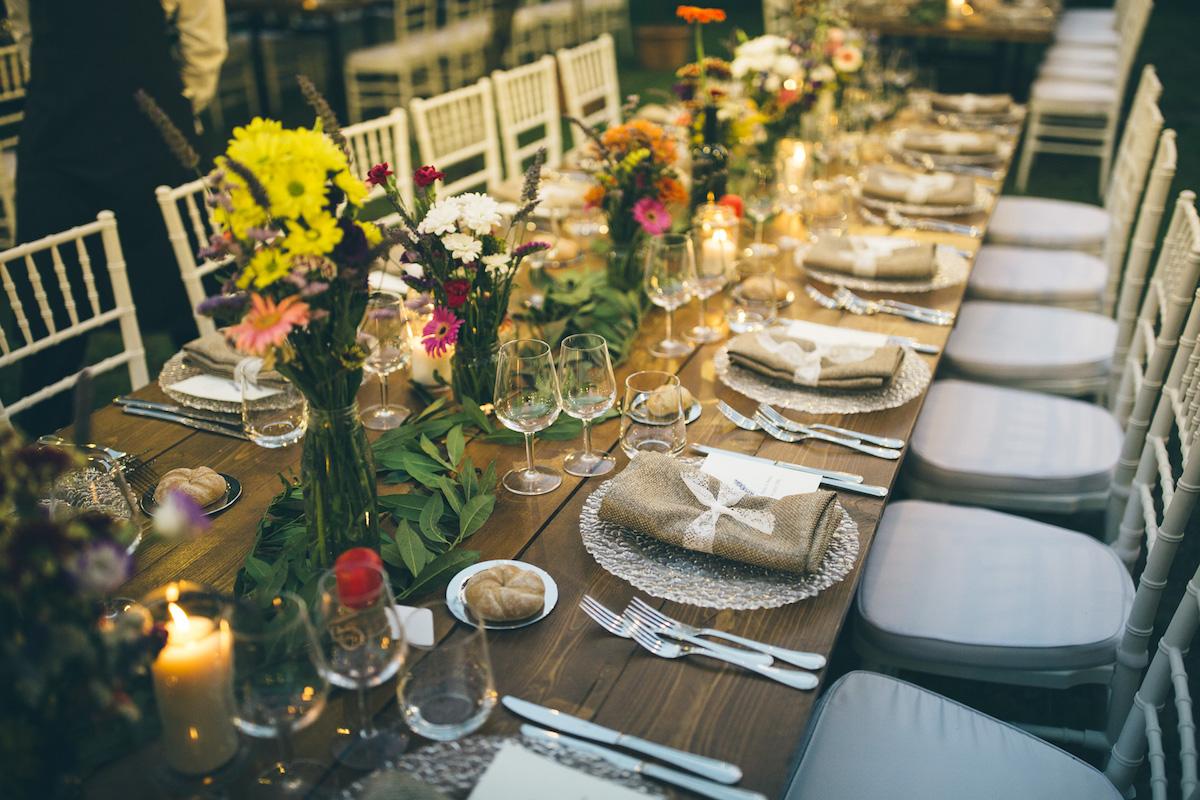 tavola matrimonio country con gerbere e foliage
