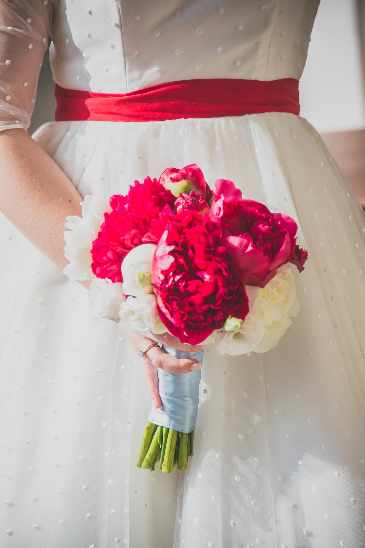 bouquet con peonie bianche e rosse