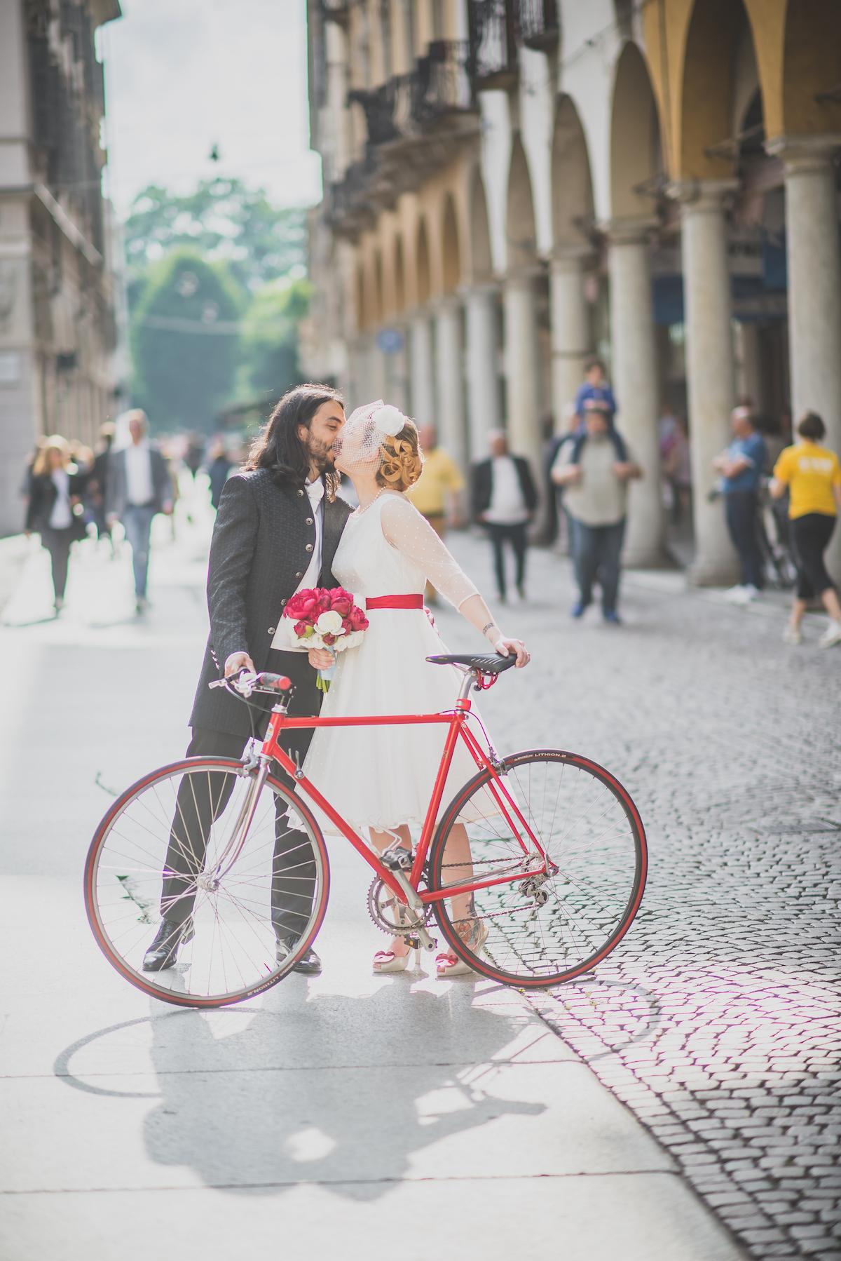 sposi anni '50 in bicicletta