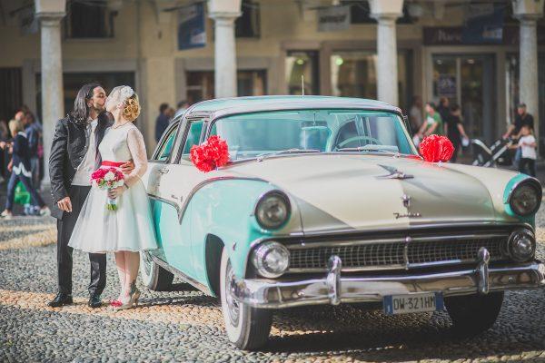 Pompon e fiori di carta per un matrimonio rockabilly