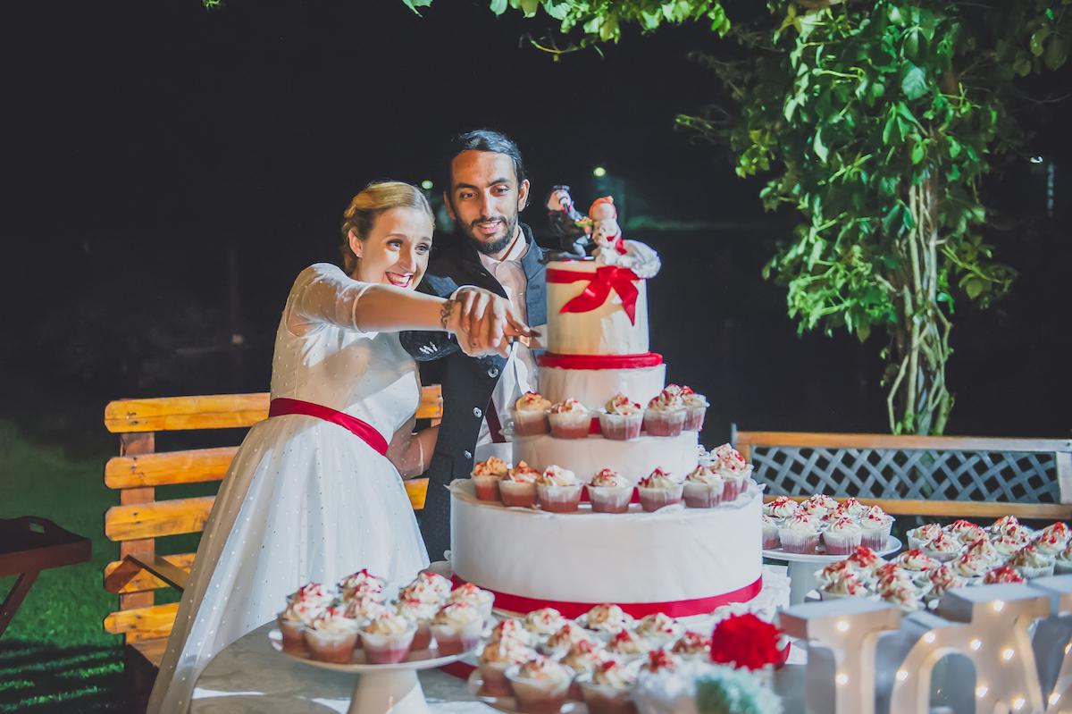 torta bianca e rossa con cupcakes