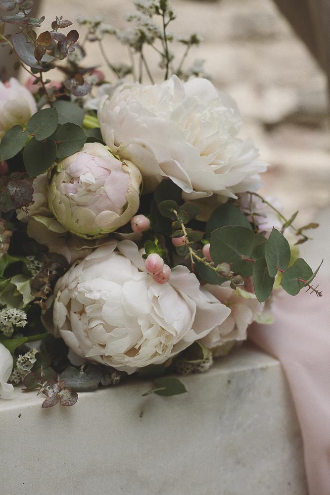 bouquet con peonie rosa e bacche