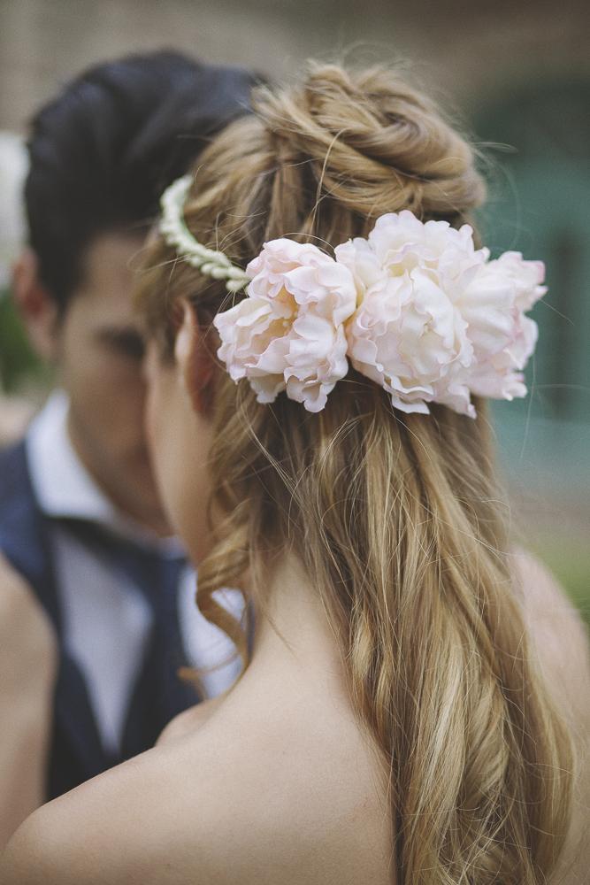 acconciatura sposa con peonie di seta