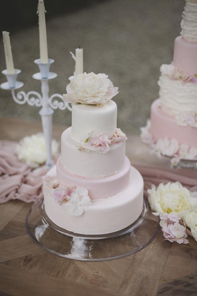 wedding cake bianca e rosa con peonie