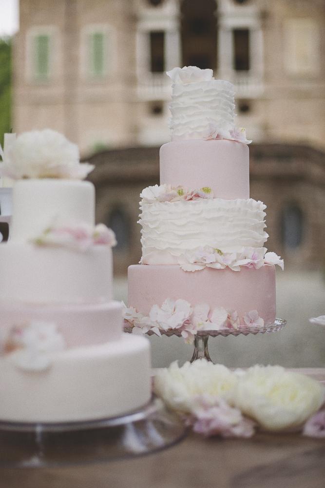 torta nuziale con le ruches rosa