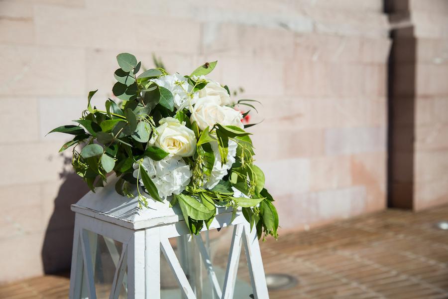 allestimento chiesa con lanterna e fiori