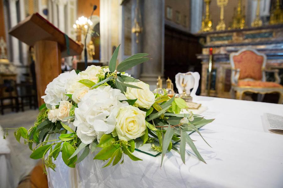 allestimento chiesa con rose avorio