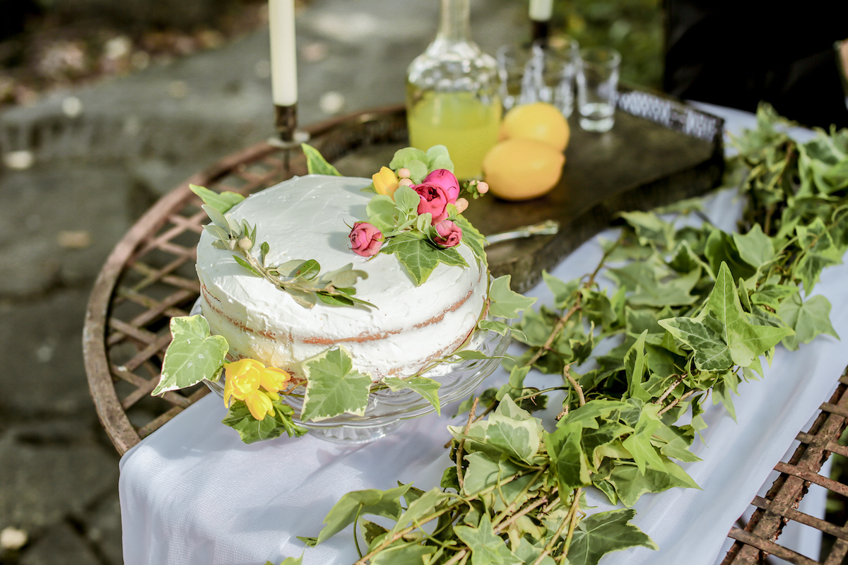 naked cake decorata con foglie d'edera
