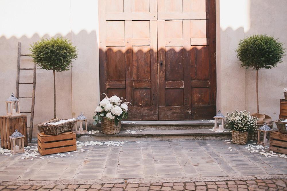 allestimento sagrato della chiesa per matrimonio rustico