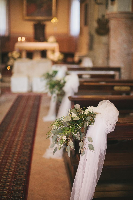 decorazioni chiesa con foliage e tulle