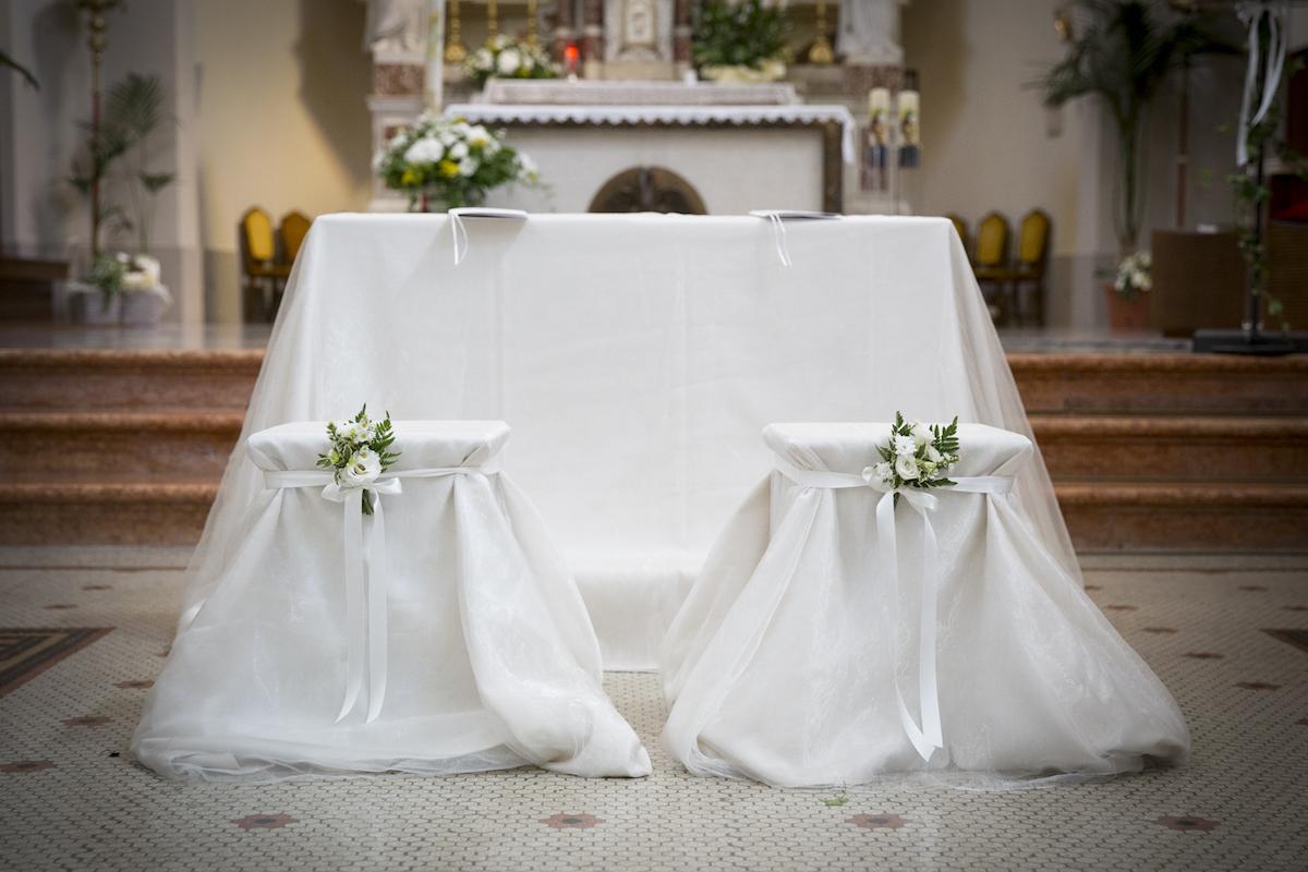 allestimento chiesa semplice in bianco e verde