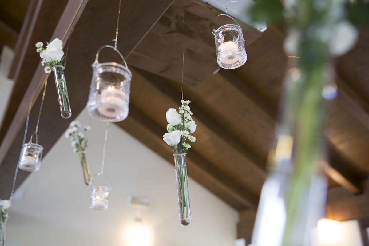 allestimento matrimonio con candele e fiori in provetta